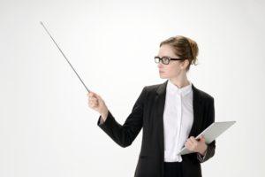 レンタルならiPadがお得なことを説明する女性