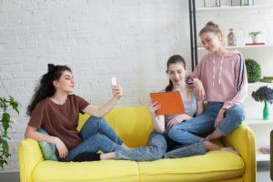 リラックスしてiPadで電子書籍を読む人たち