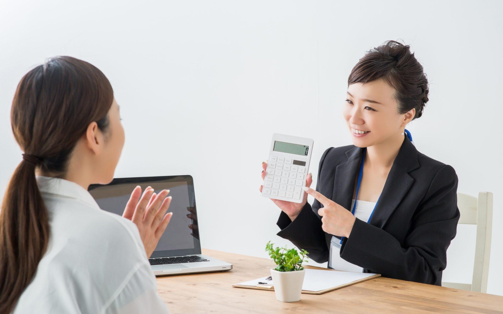 価格で選ぶならWiFiのレンタルをお勧めする女性