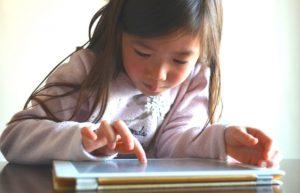 休校中タブレットで自習する女の子