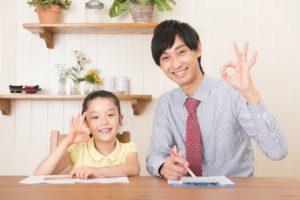 勉強する子供と家庭教師