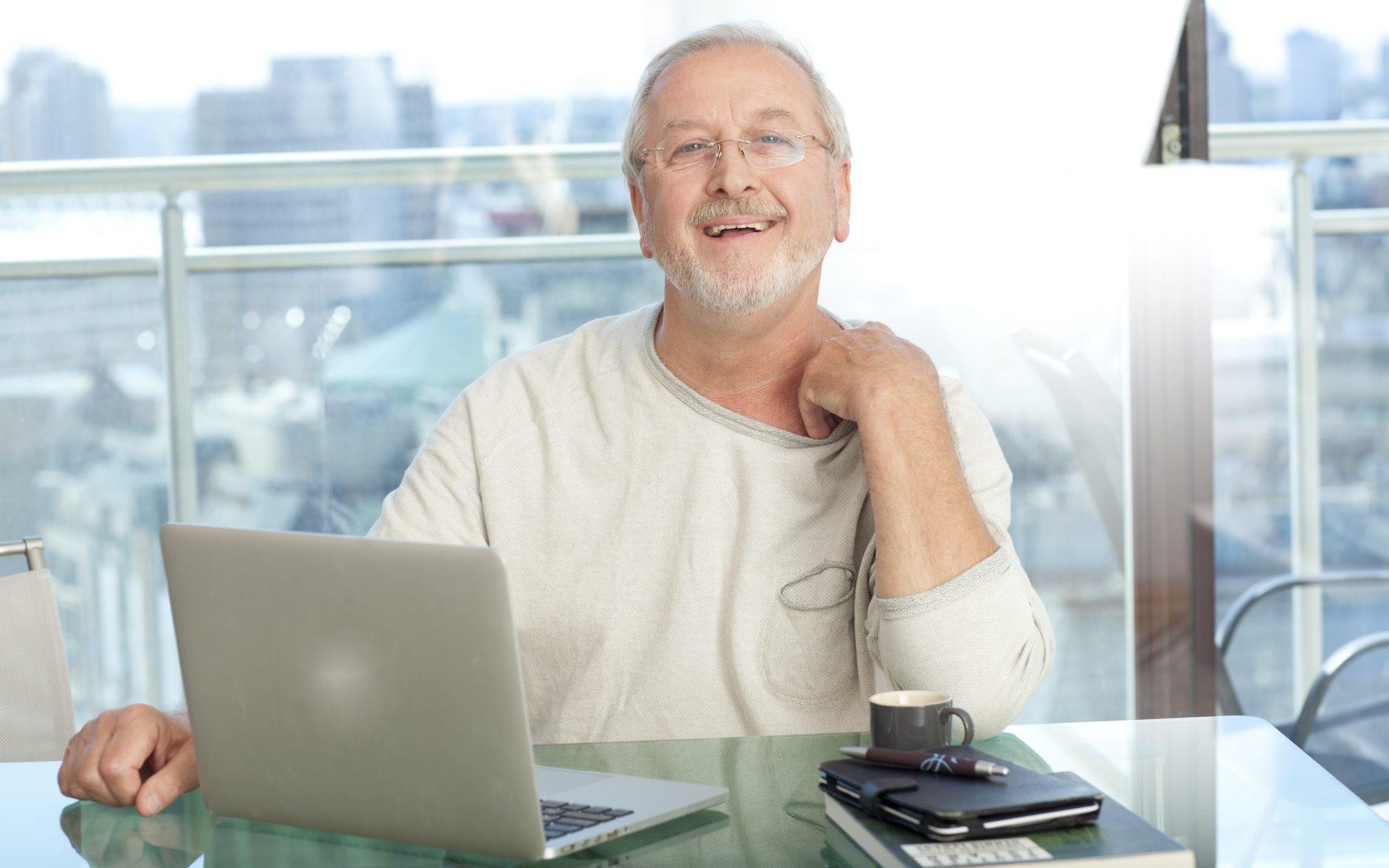 パソコンの動作に満足する男性