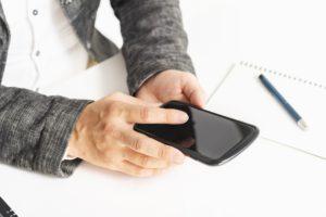 モバイルWiFiルーターに接続しようとする男性